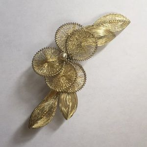 Jewelry - Vintage gold tone brooch.